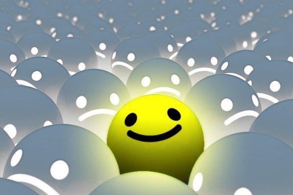 Sok lefelé konyuló száj között egy mosolygós, sárga smiley.