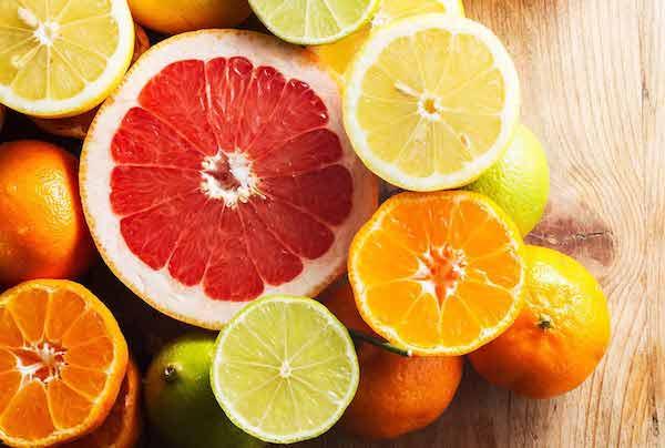 Citrusok egészben és félbevágva: narancs, citrom, mandarin, lime.
