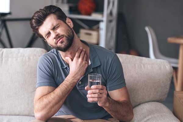 Fiatalembernél a víz ivása is nyelési gondokat okoz.