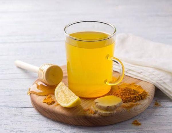 Gyömbérital kurkumával, mézzel és citrommal.