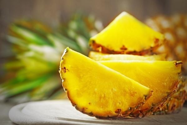 Friss ananász felezve, darabolva.