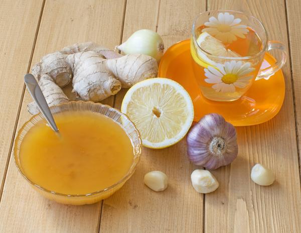 Influenza otthoni gyógyítása gyömbérteával, citrommal, mézzel, hagymával és fokhagymával.