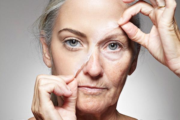 """Idősebb hölgy """"fiatalító"""" maszkot húz le a arcbőréről."""