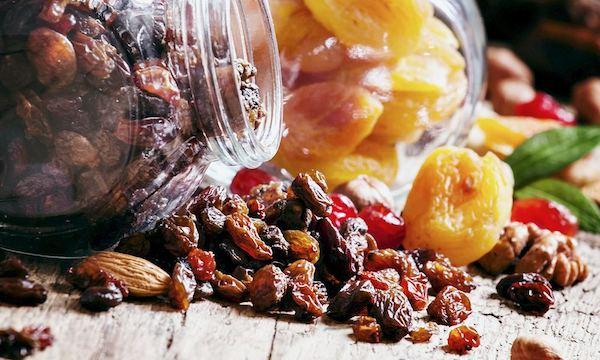 Bórt tartalmazó élelmiszerek: mazsola, aszalt sárgabarack, csonthéjas gyümölcsök.