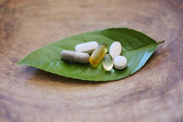 Zöld levélen különféle étrend-kiegészítők.