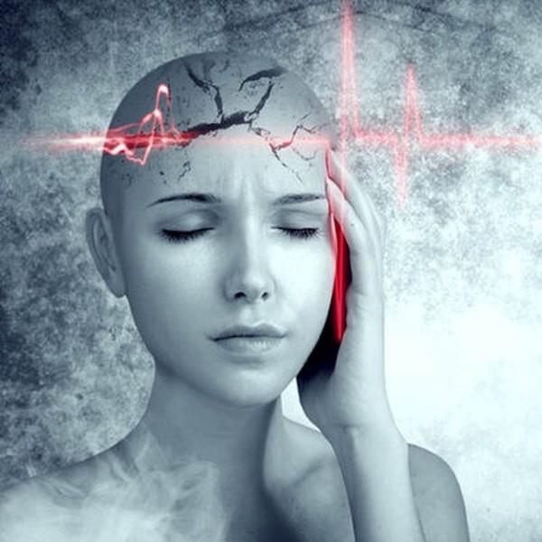 Migrén ábrázolása fekete-fehér képen egy női fejjel.