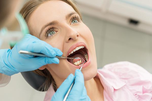 Középkorú nő fogászati kontrollon.