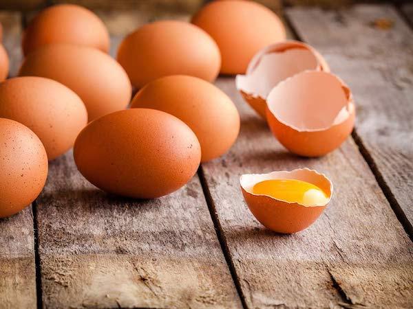 Friss tojások az asztalon.