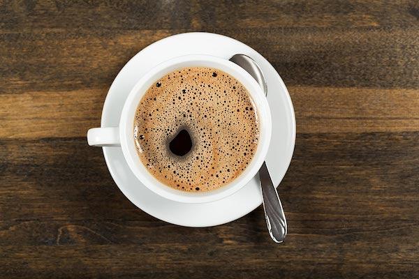 Egy csésze fekete kávé felülről fotózva.