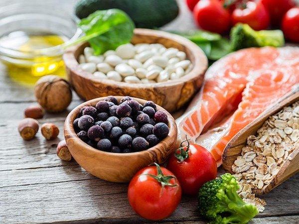 Cukorbetegnek javsolt élelmiszerek: bogyós gyümölcsök, lazac, diófélék, hüvelyesek, olívaolaj, zöldségek, magvak.
