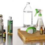 Zöldtakarítás különféle eszközei: ilolajok, citrom, ecet, szódabikarbóna, körömkefe.