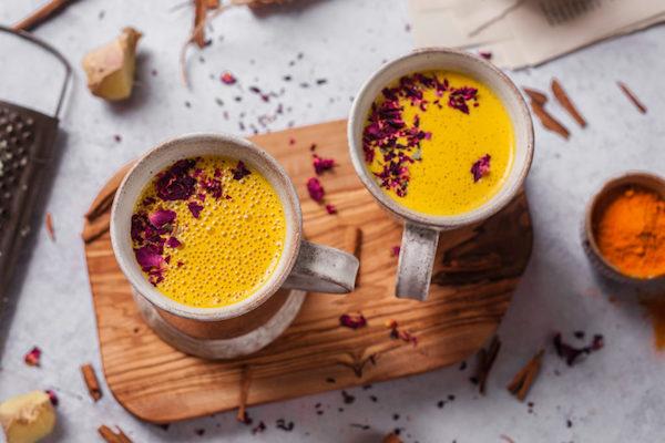 Kurkumás latte megszórva fahéjjal, finomságokkal.
