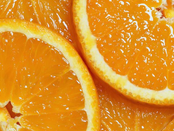 Narancskarikák egymás mellett, egymáson – makrofotó.