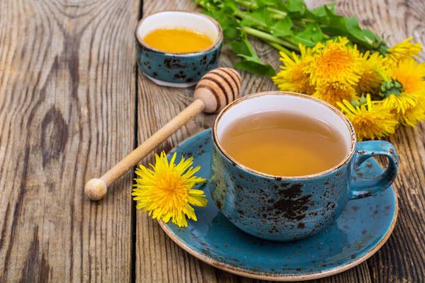 Pitypangból készült tea kék, régi, mázas csészében.