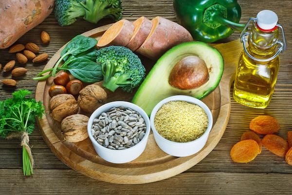 E-vitaminban gazdag élelmiszerek: avokádó, brokkoli, mandula, azsalt sárgabarack, édesburgonya, petrezselyem, búzacsíraolaj.