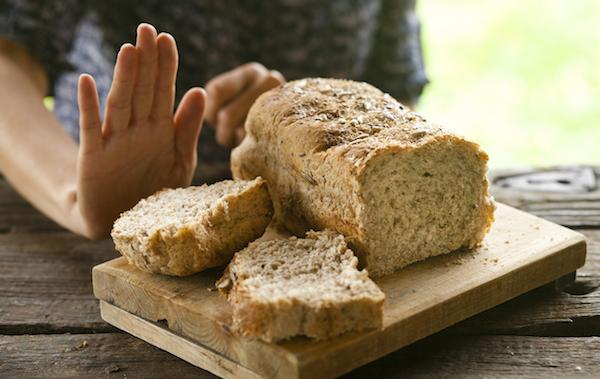 Teljes kiőrlésű kenyér egy vágódeszkán, melyet elutasítanak.