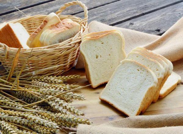 Fehér kenyér szeletelve.