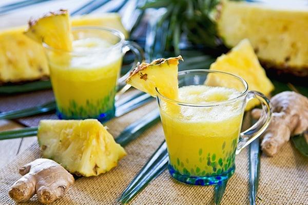 Frissen préselt ananászlé gyömbérrel keverve.