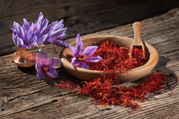 Sáfrány és virága apró, fából készült tálban.