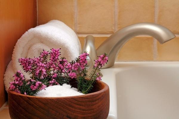 Epsom-só kis bambusztálban a fürdőkád szélén.
