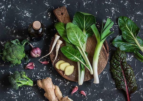 Speciális diéta hozzávalói arthritis kezelésére: spenót, gyömbér, fokhagyma, brokkoli, zöld leveles zöldségek.