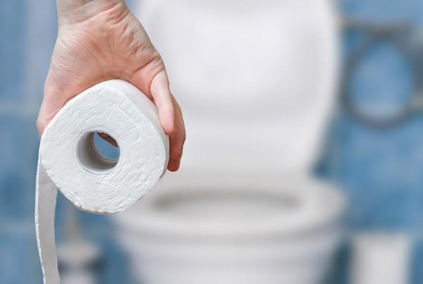 WC-papírral a kezében megy egy férfi a toalettre.