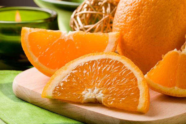 Narancs cikkekre vágva egy vágódeszkán.