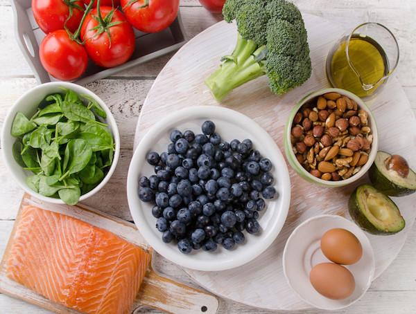 Mediterrán diéta élelmiszerei: áfonya, tojás, avokádó, lazac, paradicsom, spenót, brokkoli, olívaolaj.