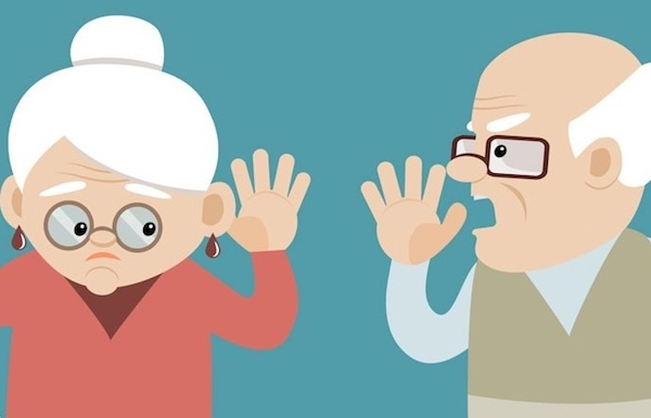 Vicces rajzon egy öregúr kiabál nagyothalló felesége fülébe.
