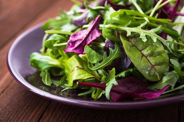 Egy tál különféle egészséges saláta.