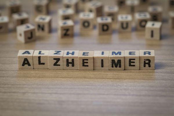 Alzheimer-kór betűinek kiarakása fakockákból.