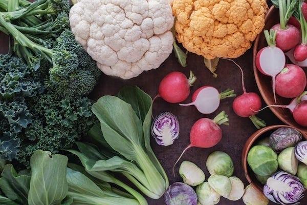 Különféle, érdekes színű keresztesvirágú zöldségek egymás mellett.