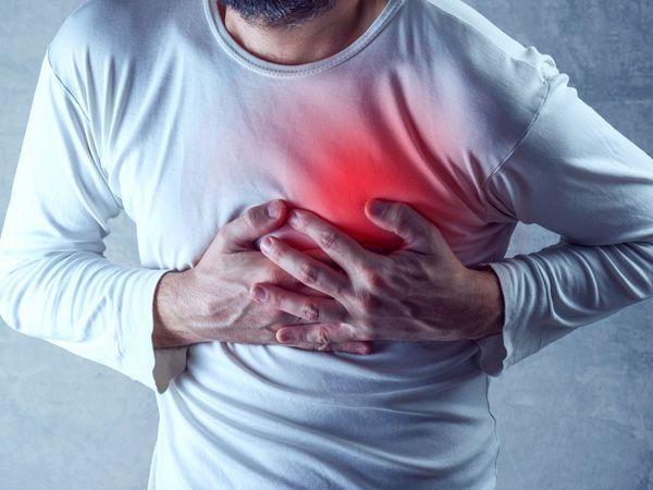 Férfi a szívét fájlalja.