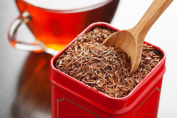 Afrikai vörös tea, azaz szálas rooibostea piros tartóban.