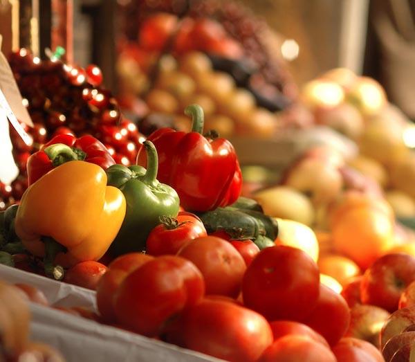Zöldségpulton található friss paprika és paradicsom.