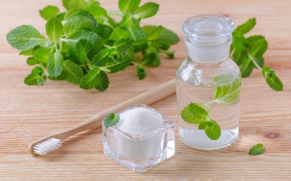 Szódabikarbóna, fogkefe és borsmentaolaj – természetes megoldások fehér nyelvre.