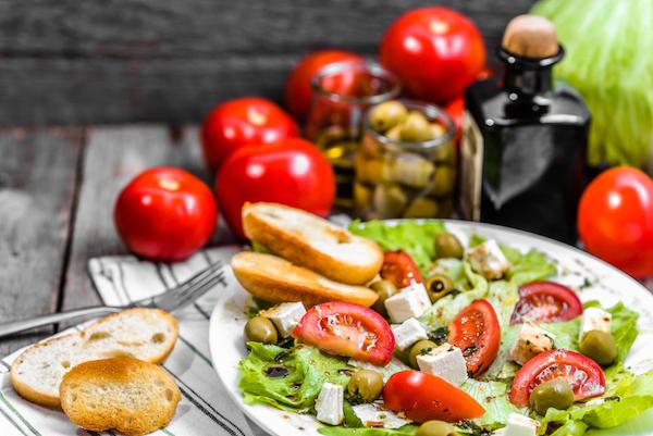 Friss saláta olívabogyóval, paradicsommal, feta sajjtal, balzsamecettel és olívaolajjal.