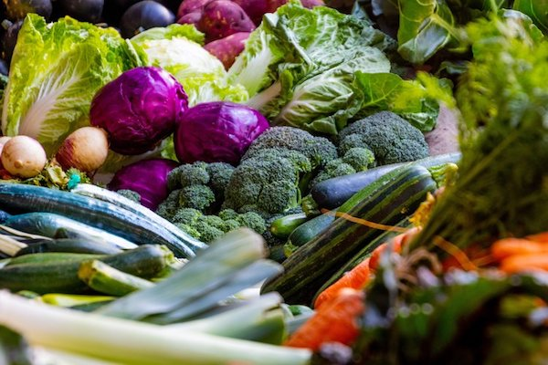 Keresztesvirágú zöldségek a piacon egymás mellett.