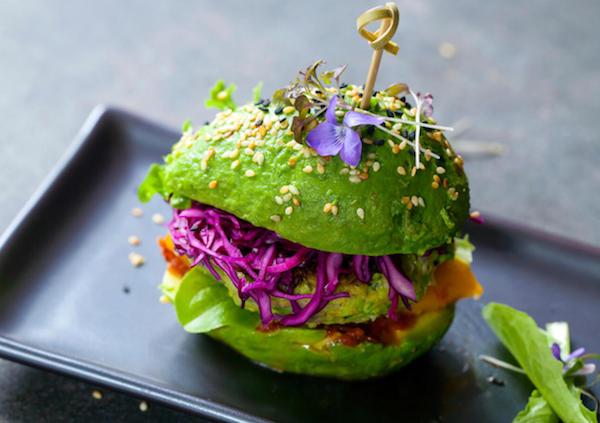 """Vegetáriánus """"hamburger"""" mindenféle zöldséggel és ehető virággal."""