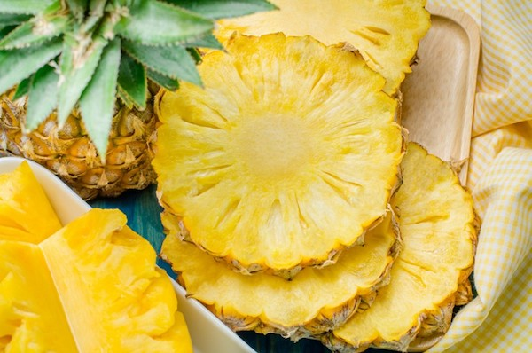Szeletekre vágott friss ananász.