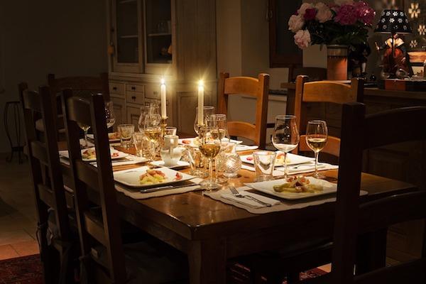 Esti, ünnepi vacsorához terített asztal gyertyafénnyel.