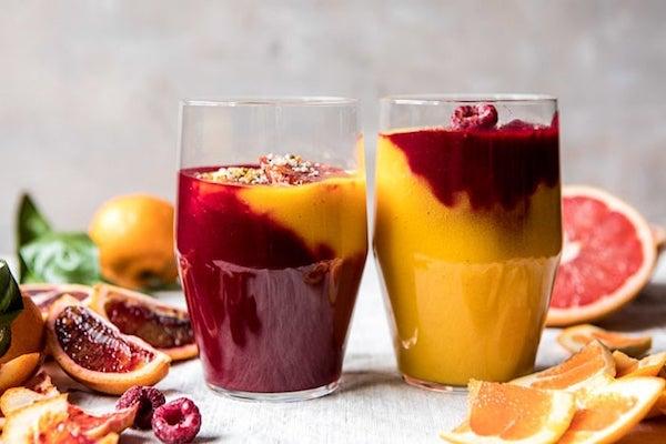 Immunerősítő téli smoothie vérnarancsból, narancsból és fagyasztott málnából.