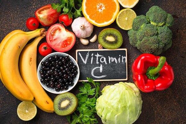 C-vitamint tartalmazó zöldségek és gyümölcsök.