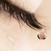 Miért fáj a fejünk sírás után?