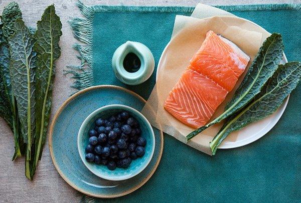 Demencia ellen ajánlott étrend alapanyagai: lazac, kelkáposzta, áfonya, egészséges olaj.