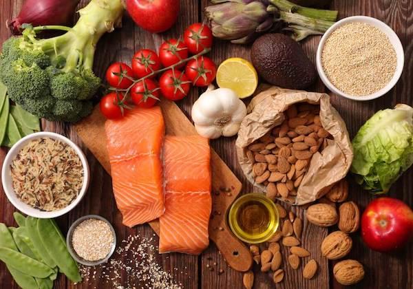 Strokecsökkentő táplálékok geymás mellé kirakva az asztalra.