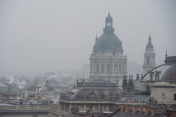 A Szent István-bazilika kupolája a budapesti szmogban.