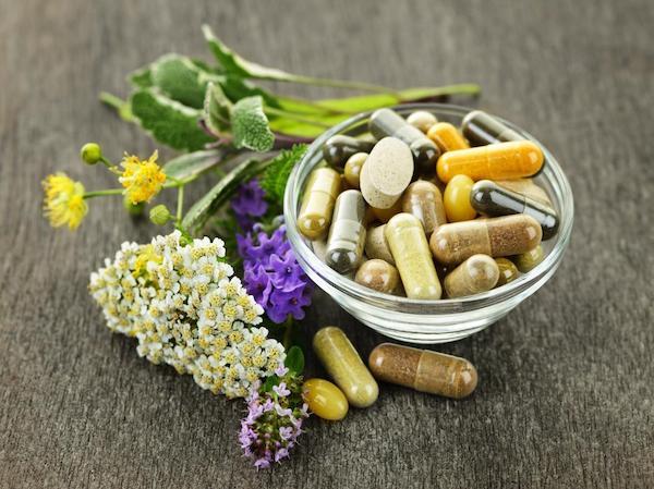 Különféle gyógynövények és a belőlük készült kapszulák, kivonatok.