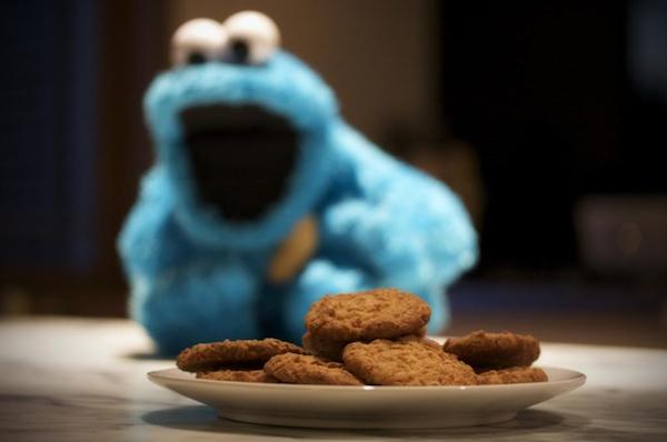 A Muppet Show egyik figurája egy tányér csokis keksz előtt.
