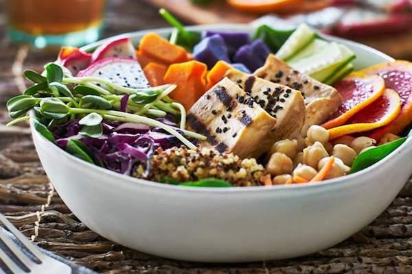 Nagyon színes saláta mindenféle egészséges hozzávalókkal.